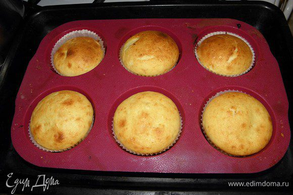 Достаем кексы из духовки, проверям спичкой готовность, спичка должна быть абсолютно сухая...
