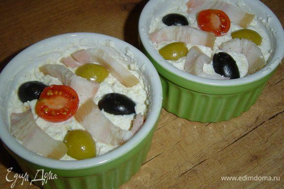 Бекон, маслины, оливки, помидоры выкладываем сверху творожной массы, слегка вдавливаем. Запекаем при 200 гр. 25 минут.