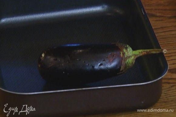 Баклажаны часто наколоть вилкой, выложить в небольшой противень и запекать в разогретой духовке 10–12 минут.