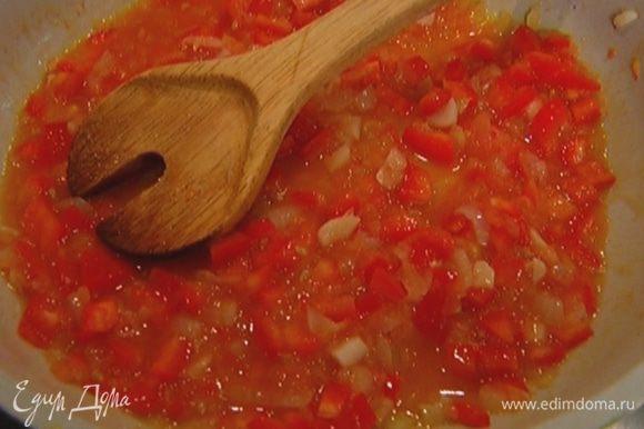 Добавить нарезанный перец, затем натертый помидор, всыпать сахар, перемешать и готовить соус на медленном огне.
