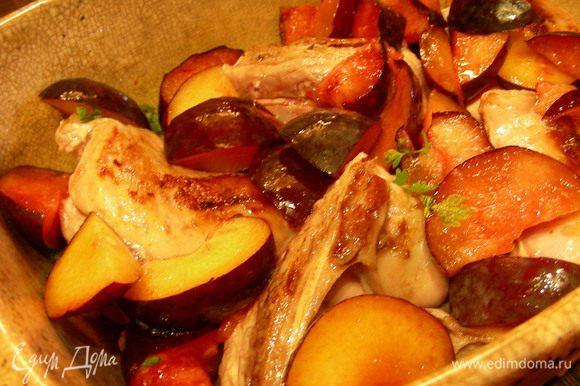 Затем кролика и сливы сверху. Выливаем вино и соки из сковороды. Накрываем фольгой и отправляем в духовку. В рецепте рекомендуют 170 гр, я готовила при 190 гр, по времени получается 1.15-1.30.