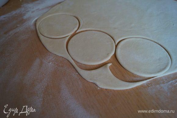Отдохнувшее тесто делим на несколько частей и раскатываем в пласт и вырезаем кружочки, при помощи бокала или специального приспособления
