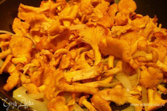 В сковороде вок (или обычной сковороде) разогреваем как следует рапсовое масло. Добавляем крупнопорезанные грибы и лук и жарим на довольно высоком огне, помешивая, минут 5, до мягкости.