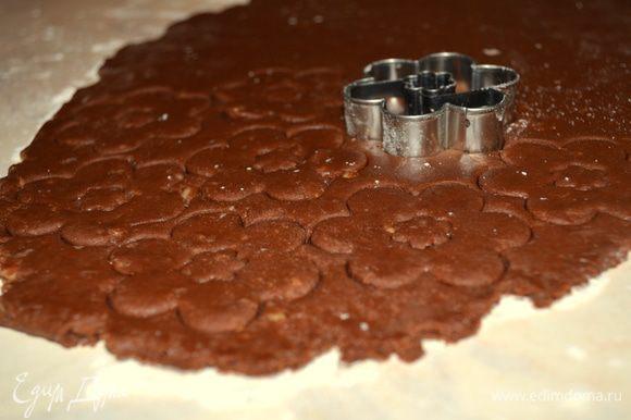 """раскатываем его в тонкий пласт 3 мм. С помощью формочек вырезаем печеньки. У меня специальные """"с глазками"""", т е делаем обычные цветочки и с глазками. Можно и просто вырезать круглые печенюшки!"""