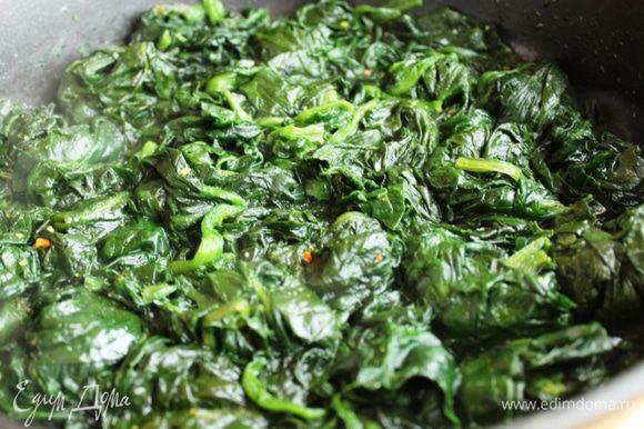 Шпинат, не размораживая, поместить в сковороду с толстым дном и тушить под крышкой, пока не испарится лишняя влага. Соль и перец добавить по вкусу. На другой сковороде на оливковом масле обжарить шампиньоны.