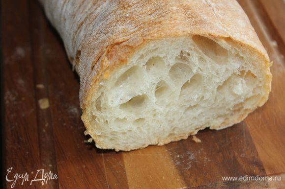 Приготовьте гренки из пшеничного итальянского хлеба (чиабатта). Для этого нарежьте кусочки хлеба кубиками, сбрызните оливковым маслом и подсушите в духовке. Можно купить готовые гренки, тогда советую сырные. Подавайте суп-пюре горячим, с пшеничными гренками. Можно посыпать рубленой зеленью.