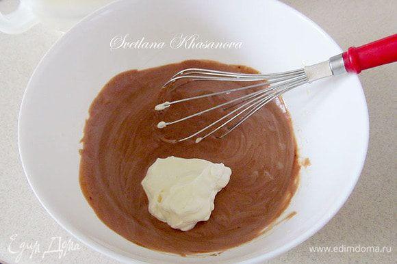 По одной ложке подмешать сливки в желтково-шоколадную массу.