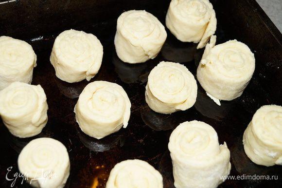 Разделить тесто на несколько частей, каждую часть раскатать в пласт и свернуть рулетом, нарезать на небольшие кусочки (примерно 2 см.) Выложить их на противень смазанный маслом на некотором расстоянии друг от друга