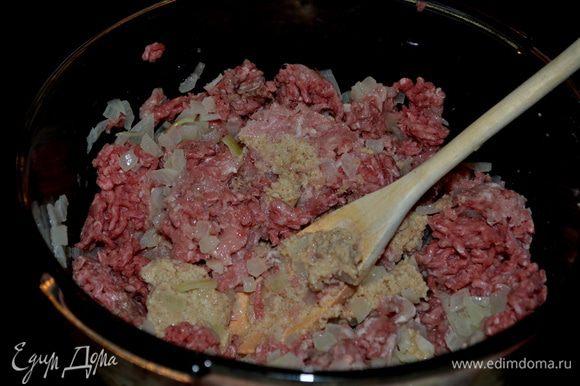 Разогреть духовку до 250 гр. Сварить спагетти как указано на упаковке в подсолен. воде. Воду,что будете сливать после спагетти сохранить 2 1/2 стакана. Смешать хлебную крошку и молоко, 3/4 ч. л.соль и 1/4 ч. л.перец. Растопить в кастрюльке с тяжелым дном слив. масло. добавить лук -шалот и готовить примерно 5 мин. Снять с огня и добавить примерно 1/4 стак. жарен. лука в хлеб. крошку с молоком, затем добавить говядину и все перемешать.