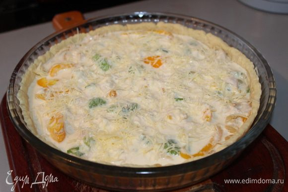 Сыр потереть на мелкой терке. Смешать все ингредиенты, посолить, залить начинку получившейся заливкой. Сверху посыпать тертым сыром. Выпекать 25 - 30 минут при температуре 200 градусов.