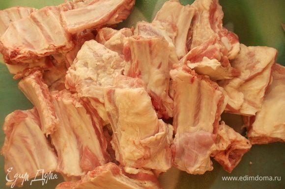 Тем временем подготовить и порезать мясо.