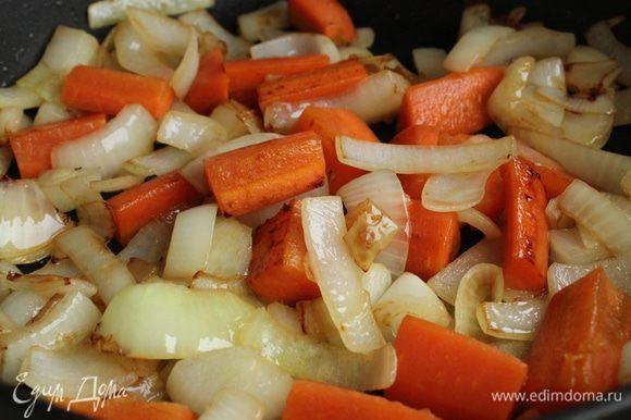 Мясо переложить в чугунок, а на этом же масле обжарить лук, чеснок и морковь. Овощи режем произвольно, за время тушения они должны хорошо развариться...