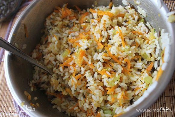 К отваренному рису добавляем овощи, перемешиваем.