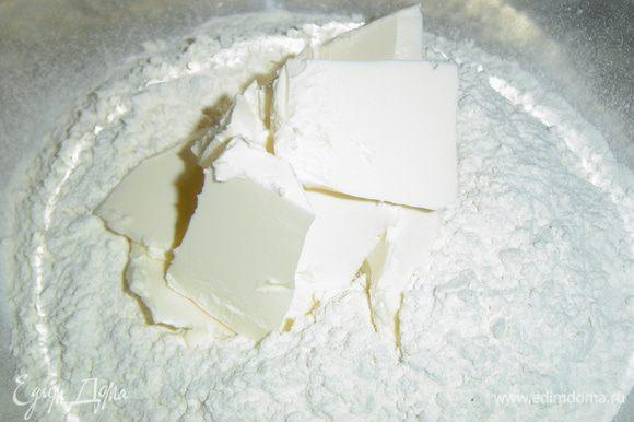 К просеянной муке добавляем сливочное масло, порезанное кусочками, хорошенько перетираем до образование крошки,