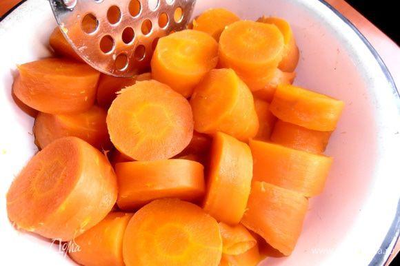 Вторая начинка:отвариваем морковь...Если честно,то я её отварила прямо сверху на картофеле,только вытащила пораньше!