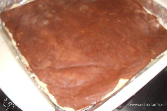 Собираем торт, бисквитный корж разрезаем надвое - аккуратно, корж очень нежный.Кладем одну часть коржа на дно формы, сверху выкладываем мусс и разравниваем, сверху мусса кладем кранч.