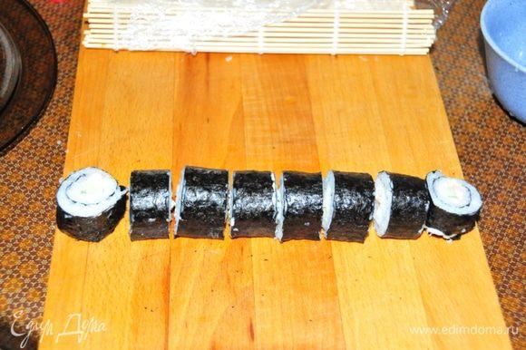 Острым ножом (который постоянно смачиваем уксусом) разрезаем на 8 ровных кусочка.