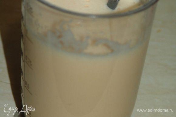 Молоко хорошо прогреть. Взбить оставшуюся сахарную пудру с яйцами и ванилью. Влить горячее молоко, перемешать.