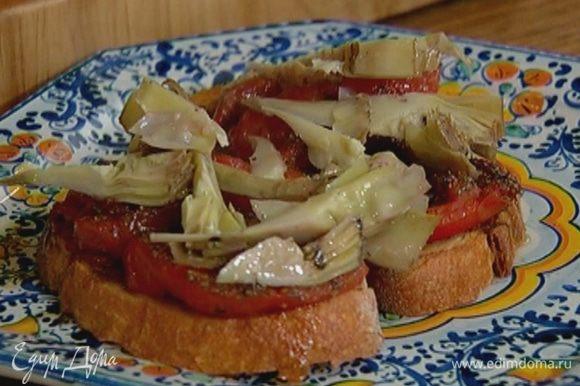 На хлеб выложить помидоры, полить оставшимся в фольге помидорным соком, сверху разложить артишоки.