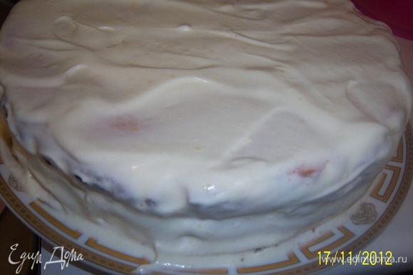Смажьте торт кремом сверху и с боков. Украшайте по вкусу, поставьте в холодильник на 2 часа.