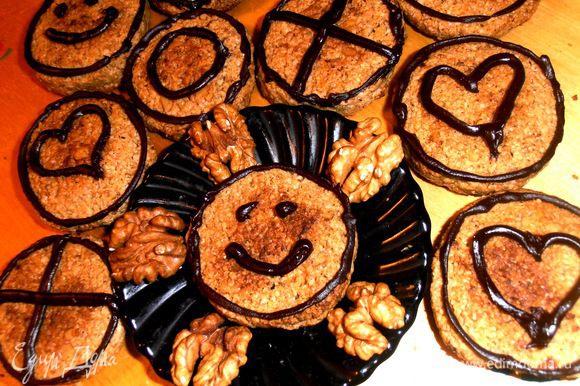 Печенье получается однородной рассыпчатой структкуры,но в руках не крошится!Шоколадные узоры дразняще привлекают всё семейство на кухню на чай!