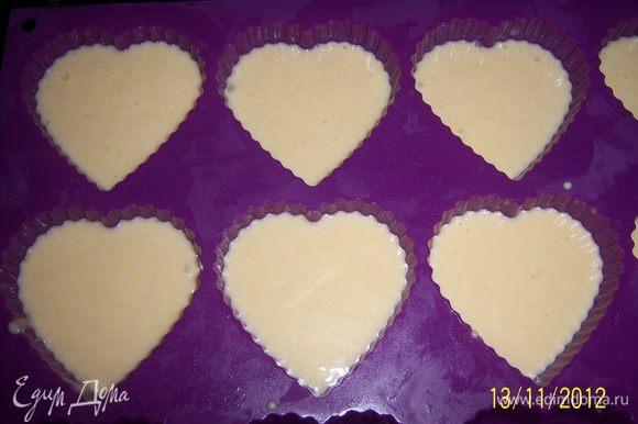 Разогреть духовку до 200 г, приготовить формочки для выпечки (смазать маслом). Заполните формы жидким тестом на 2/3, выпекайте булочки 15-20 минут.