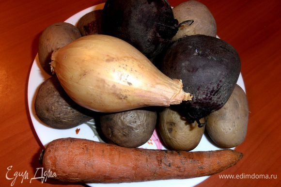 Картофель,морковь и свеклу отвариваем и остужаем...