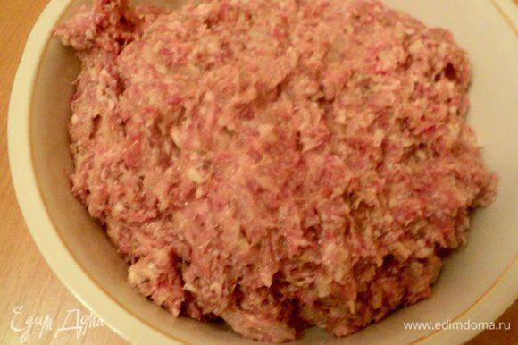 В фарш добавить соус, молотые орехи, тимьян, соль и перец по вкусу, коньяк и яйцо, хорошо перемешать и отбить до однородной массы.