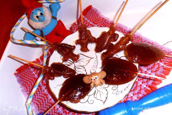 Рекомендуемый возраст:3-10 лет,но я и сама с удовольствием подобрала бракованные кусочки карамели)))Да,маленьких детей во время готовки лучше увести с кухни-ооочень раскалённый сахар получается!
