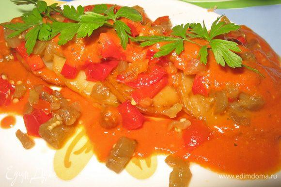 Блюдо подогреть. На теплое блюдо выложить картофель, на картофель овощи и полить томатным соусом. Сверху посыпать зеленью. Подавать это блюдо можно с запеченным мясом или рыбой.