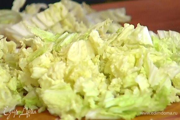 Капусту порезать не слишком мелко, добавить в суп и варить еще несколько минут, пока она не будет готова.