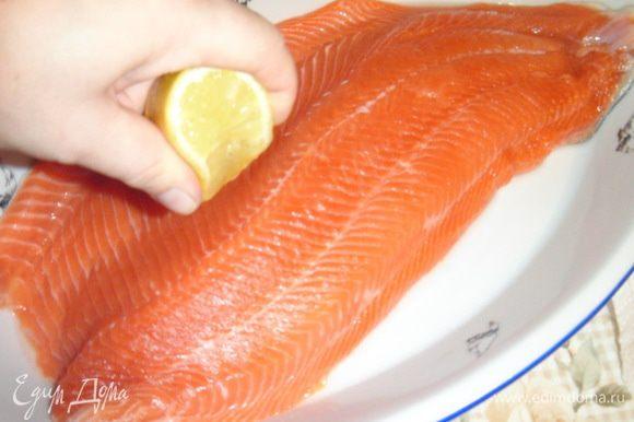 Рыбу промыть, почистить, освободить от плавников и костей, сделать филе на коже. Сбрызнуть соком лимона и дать немного постоять.