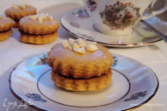 Готовое печенье склеить по двое повидлом и/или смазать сахарной глазурью из сахарной пудры и молока (1 ст.л.х1 ч.л.) и присыпать кусочками жареного арахиса. Приятного чаепития!
