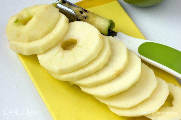 Зеленые яблоки очистить от кожуры, удалить сердцевину, порезать на кружочки.