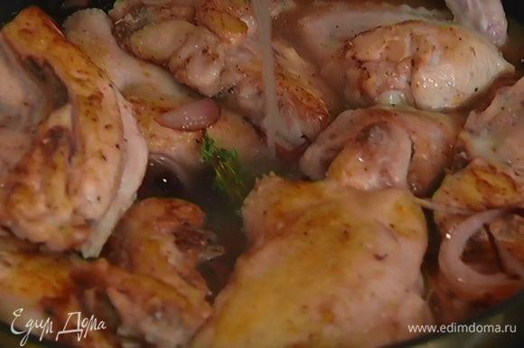 Когда лук станет мягким, вернуть в сковороду куски цыпленка, перемешать, влить уксус и горячий бульон, накрыть крышкой и готовить 40 минут.