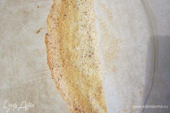Каждый коржик сразу же горячим отдираем от пергамента очень аккуратно. Сначала переверните его на пергамент, затем одной рукой слегка придерживаем коржик, не давим, а другой по-тихоньку отрываем от пергамента, коржики очень хрупкие, но если где-нибудь треснит, кремом склейте.