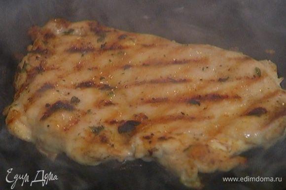 На сковороду, где жарился бекон, выложить куриное филе и жарить по 4–5 минут с каждой стороны.