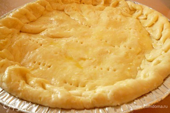 Раскатываем в круг меньшую часть теста и выкладываем поверх начинки.Защипываем пирог.Верх наколоть вилкой.Смазать поверхность пирога взбитым яйцом.Выпекать при 170 градусах 35-40 минут до золотистой корочки.Приятного вам аппетита!