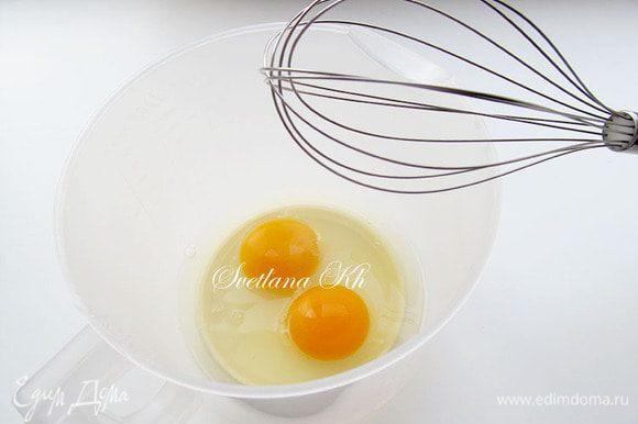 Яйца взбить до бела с сахаром, до полного растворения крупинок.