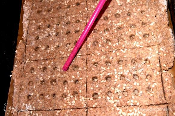 Переносим пласт вместе с бумагой в форму (или на противень), намечаем ножом прямоугольники и начинаем сверлить дырочки! Я взяла обычную соломинку и, нажимая, проворачивала ею.