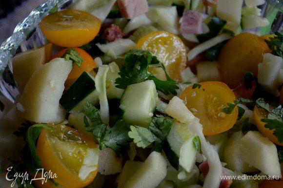 Ветчину, яблоки, картофель, огурец, капусту, помидоры сложить в салатницу, полить майонезом и перемешать.