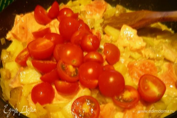 Добавляем в сковороду картофель и рзбу. Готовим на небольшом огне минут 5. Добавляем порезанные напополам помидорчики черри и готовим еще минут 5 до готовности рыбы. При необходимости солим, перчим.
