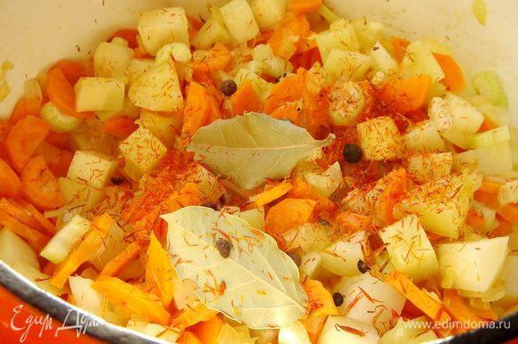 Лук,сельдерей и морковь нарезать и обжарить на растительном масле в толстостенной кастрюле. Добавить нарезанный картофель,шафран,лавровый лист и душистый перец. Залить 750 мл воды и варить до готовности овощей.