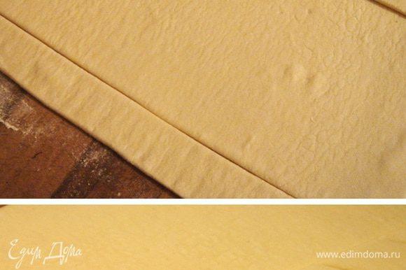 Слоёное тесто раскатать в прямоугольник 20х25 см. От длинных сторон прямоугольника отрезать 2 полоски по 3 см в ширину.Смазать края прямоугольника белком и приклеить отрезанные полоски. Обратной стороной лезвия ножа нанести рисунок на полоски,вдавливая нож крест-накрест. Смазать полоски желтком. Среднюю часть теста часто наколоть вилкой. Выпекать при 200*С.