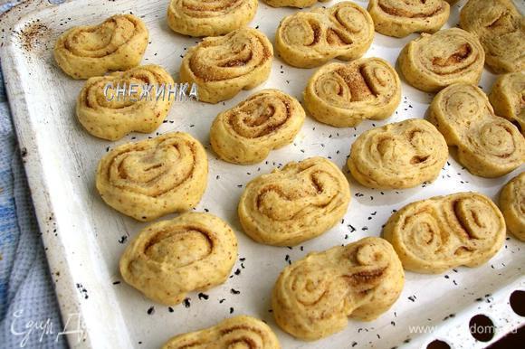Противень слегка смазываем маслом. Укладываем булочки на противень. Даём им постоять 15 минут.
