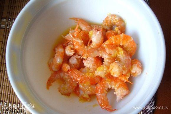 Затем обжарить креветки (слив выделившуюся жидкость) на сухой хорошо раскалённой сковороде с 1 ст.л. соуса буквально минуту. (Можно при обжарке добавить немного цедры лайма, если лук мариновали в его соке). Получаются острые сладковатые креветки.