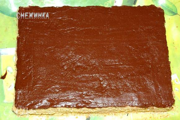Равномерно покрываем верх торта глазурью. Поставим в холод, чтобы глазурь схватилась.