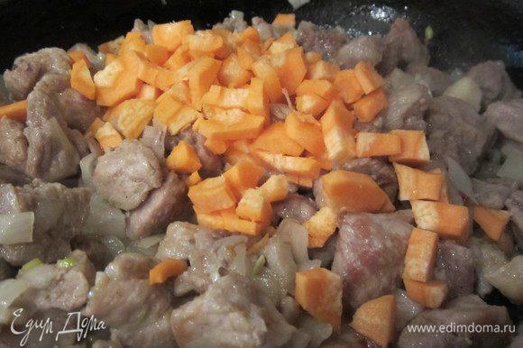 Затем добавим порезанную на квадратики морковку. Добавим к мясу. Прожарим все минут 10.