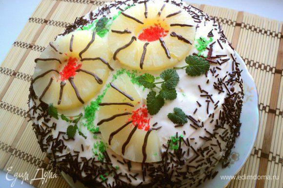 Бока торта обсыпать по желанию, я обсыпала шоколадной посыпкой. Верх украсила колечками ананаса, кокосовой стружкой.