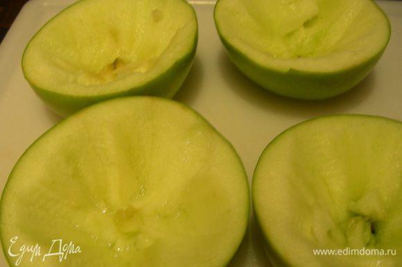 Яблоки моем, разрезаем напополам, удаляем сердцевину и немного мякоти. Помещаем их в сотейник срезом вверх, вливаем немного воды (чтобы покрыла дно). Ставим сотейник на средний огонь и готовим 5 минут. Перекладываем яблоки на блюдо и остужаем.
